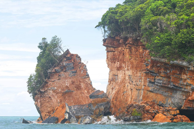 A large section of Ko Hintaek in the Mu Ko Ang Thong National Park has split off from the rest of the island. (Photo by Supapong Chaolan)