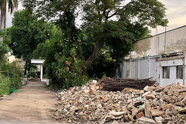 Historical Si Sao Thewes residence, where late privy council president Pren Tinsulanonda lived, is being demolished. (Photo: Wassana Nanuam)
