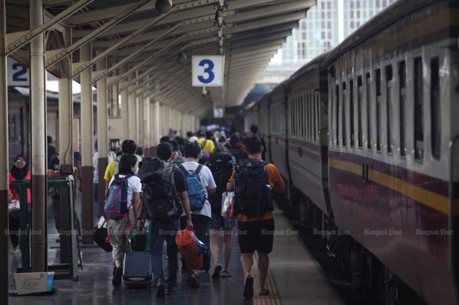 Travellers return to Bangkok at Hua Lampong railway station at the end of the long-weekend holiday early this month. (Bangkok Post file photo)