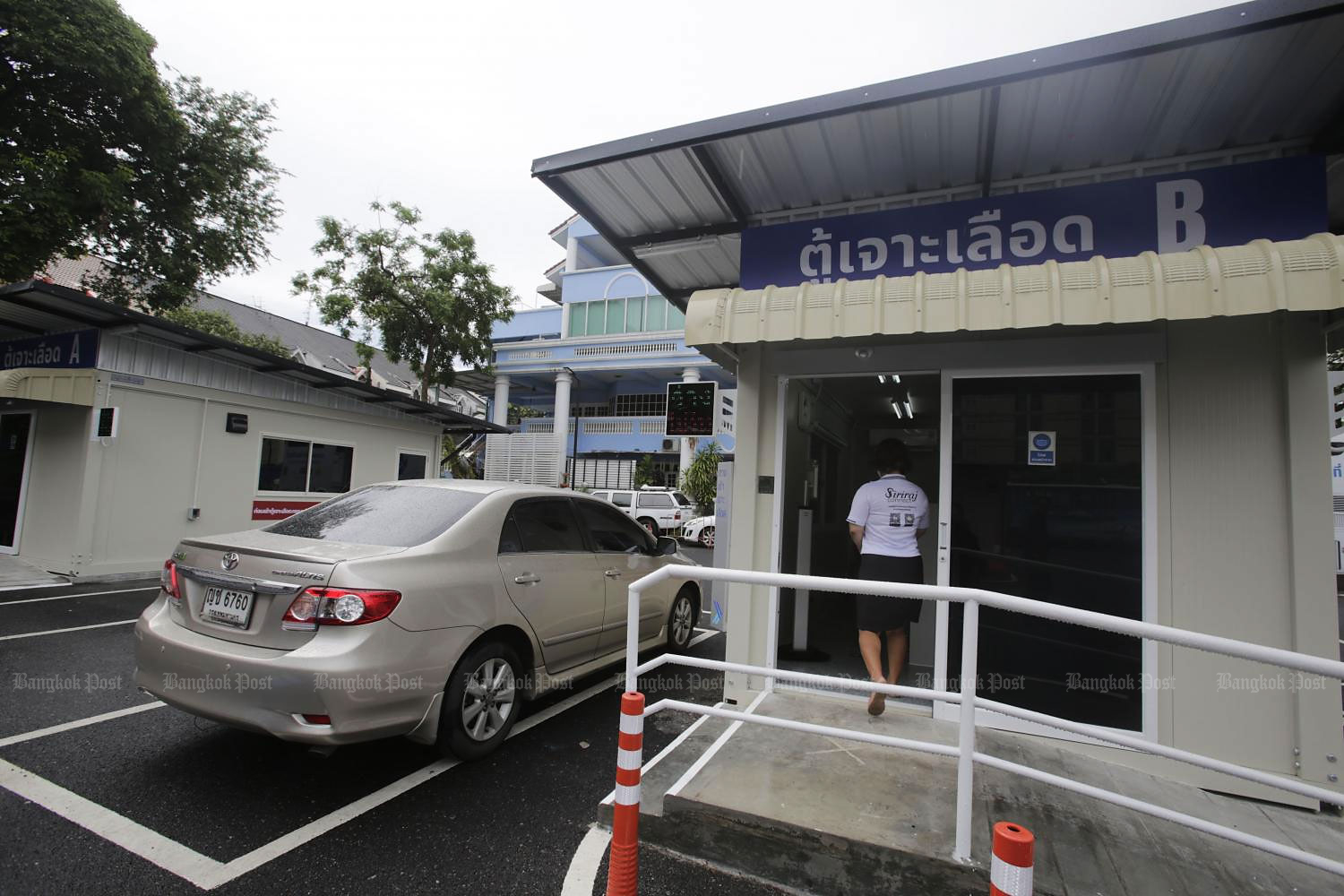 A car stops at a drive-through station at Siriraj Hospital. Patients can now book appointments via the hospital's 'Siriraj Connect' application to take a blood test from the comfort of their car. (Photo by Pornprom Satrabhaya)