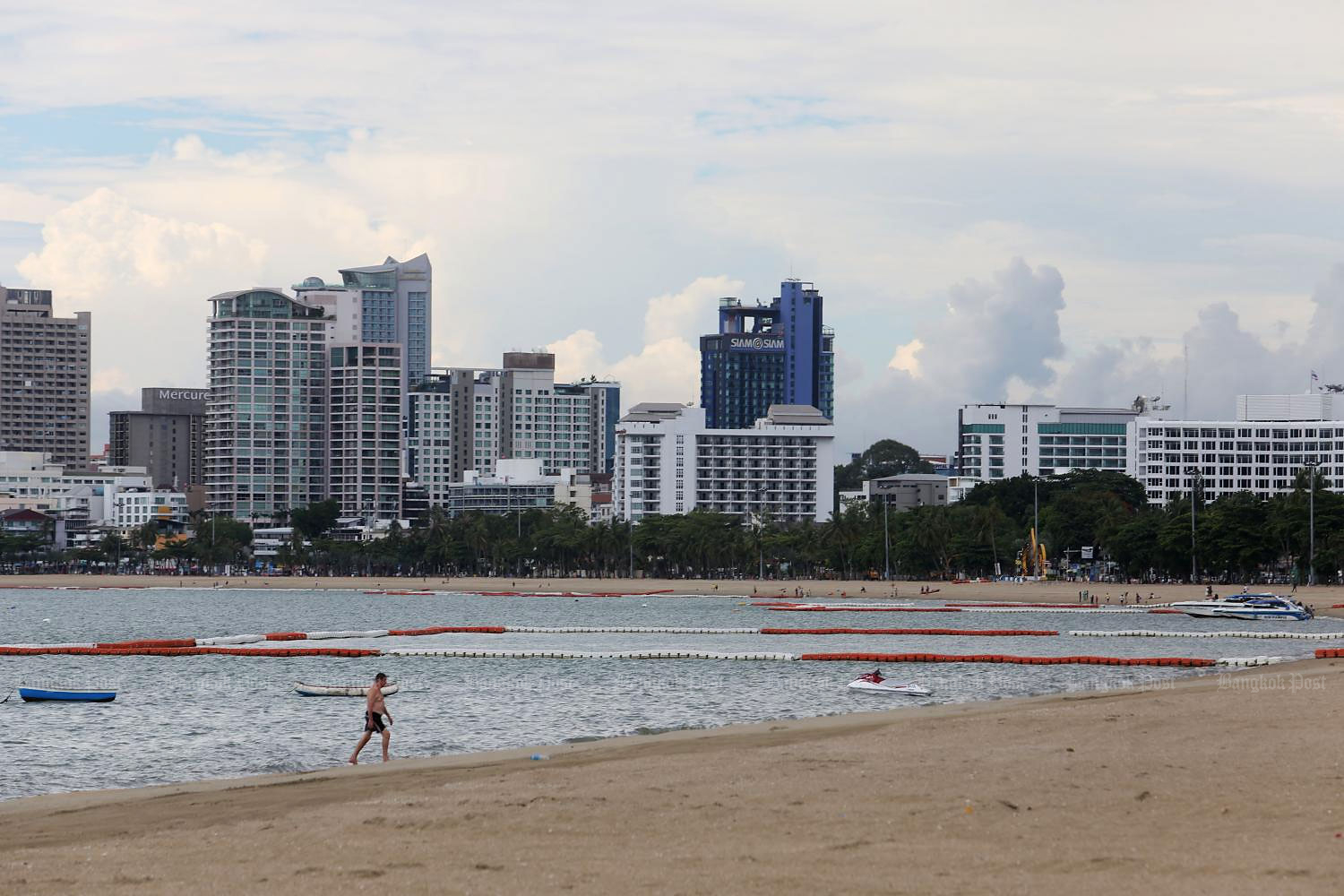 A lone tourist walks on a beach in Pattaya. Purchasing power is a concern for domestic tourism.(Photo by Wichan Charoenkiatpakul)