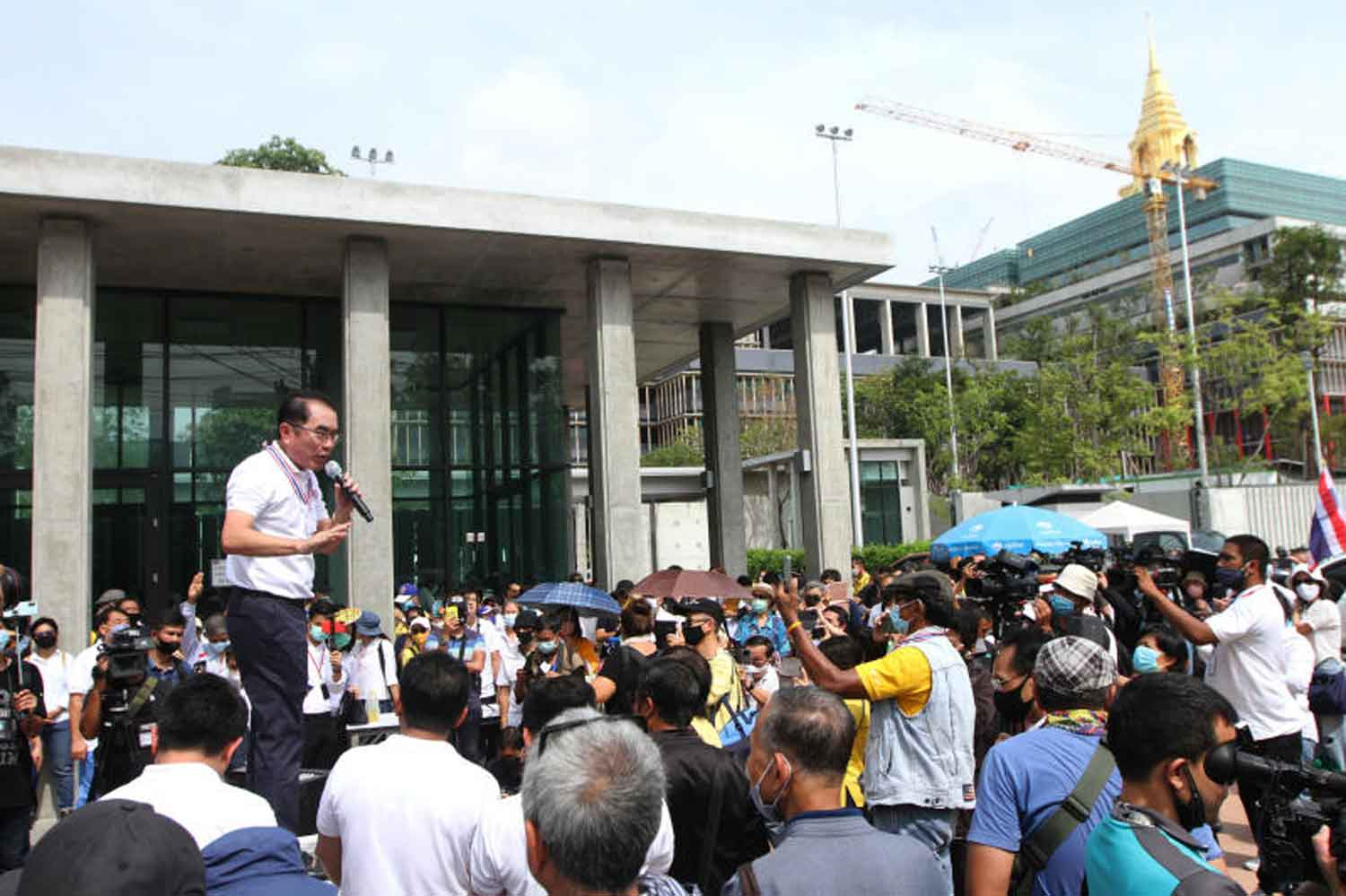 Former MP Warong Dechgitvigrom speaks to members of his Thai Pakdee (Loyal Thai) group as they show up at Parliament in Bangkok on Wednesday to oppose efforts to amend the constitution. (Photo by Wichan Charoenkiartpakun)