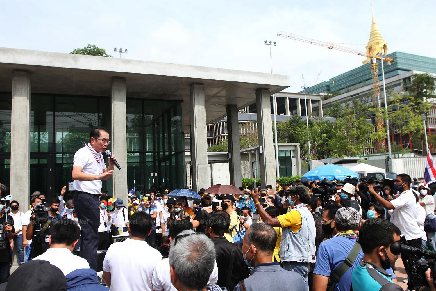 Dr Warong Dechgitvigrom, leader of the Thai Pakdee (Loyal Thai) group, speaks to a crowd before presenting to parliament a petition containing the names of 130,000 people who oppose constitutional amendments. He insisted that lawmakers listen to those who voted for the charter in the referendum. (Photo by Wichan Charoenkiatpakul)