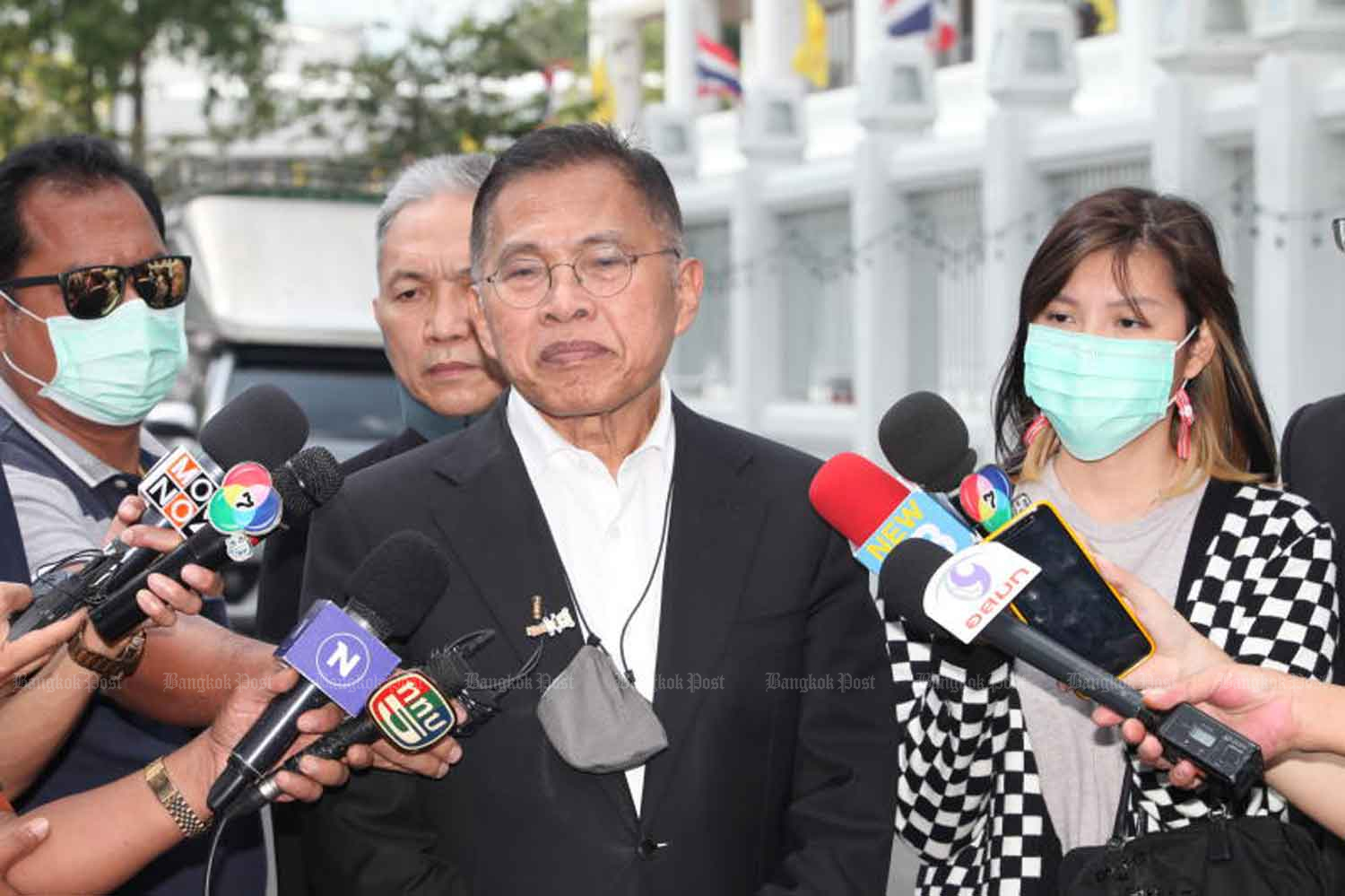 Watana Muangsook talks to reporters after the court ruling on Thursday. (Photo by Apichart Jinakul)