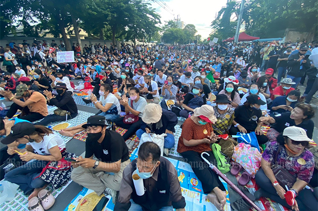 Protesters wait outside Parliament for the outcome of a vote on six charter amendment bills on Thursday. (Photo by Nutthawat Wichieanbut)
