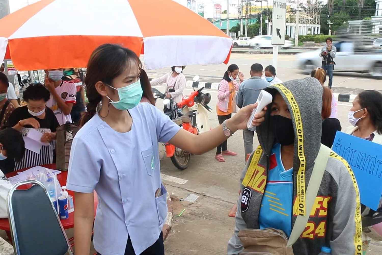 Health screening at the Lao consulate in Khon Kaen on Thursday. (Photo: Chakkrapan Natanri)