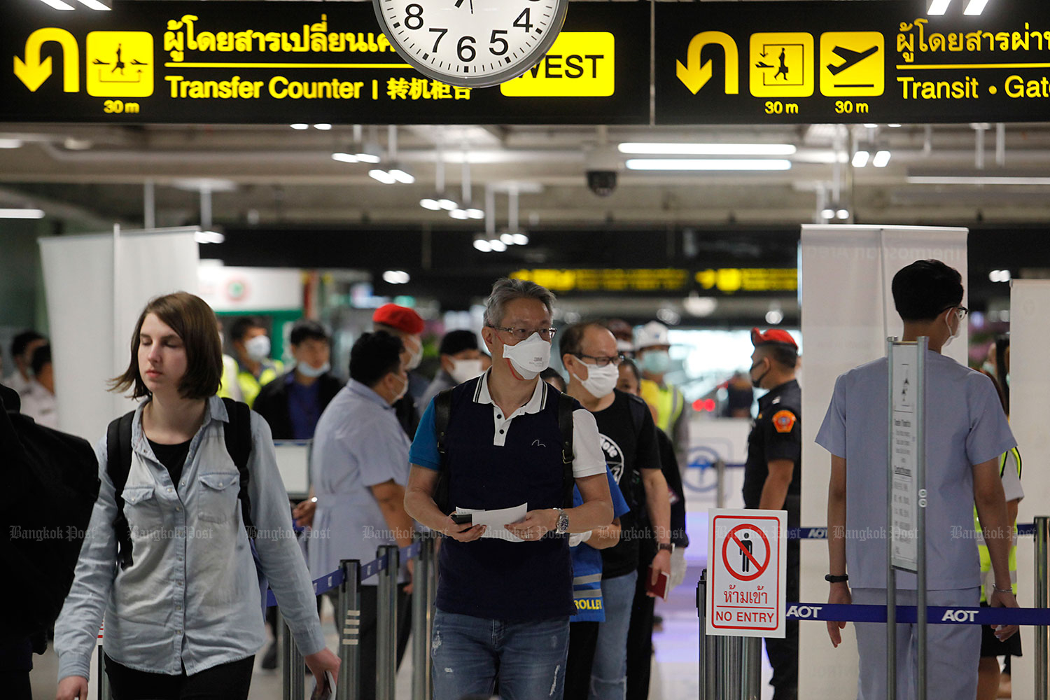 The Tourism and Sports Ministry has sought help from private hospitals to carry out testing of tourists arriving at airports. (Photo by Wichan Charoenkiatpakul)