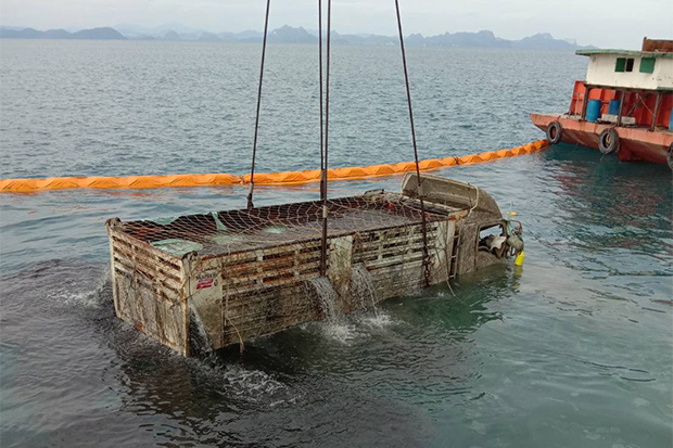 The last of the three lorries loaded with compressed garbage and electronic waste  that were on board the Raja 4 ferry when it sank is raised from the seabed on Thursday. (Photo: Supapong Chaolan)