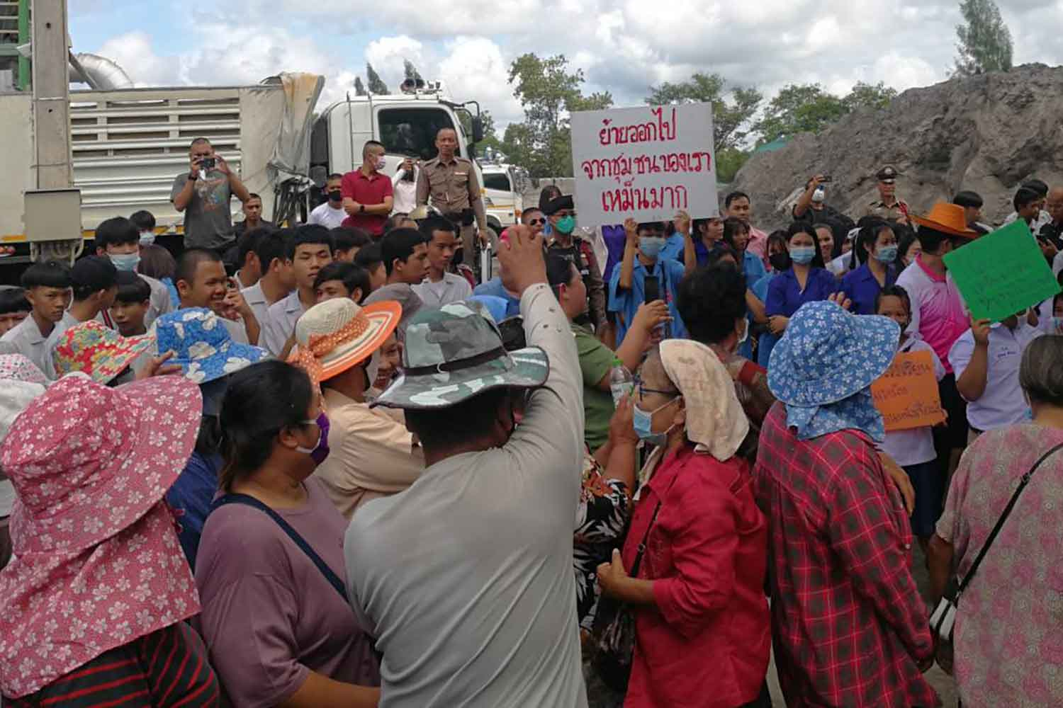 About 300 villagers, including sudents, protest in front of an asphalt factory in Udon Thani's Kumphawapi district on Tuesday, accusing it of emitting a foul smell and generating dust. (Photo: Yuttapong Kumnodnae)
