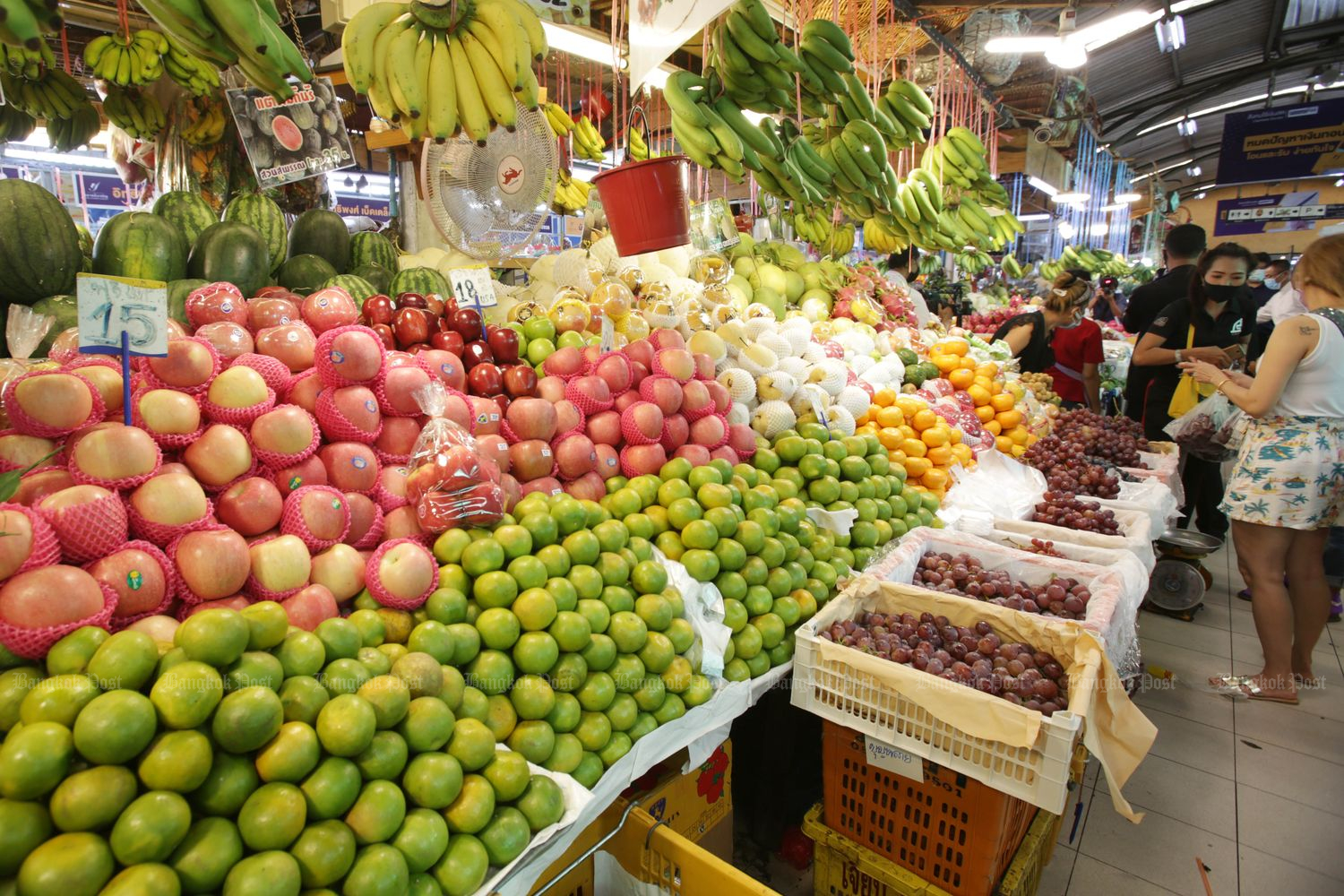 Fruit stalls at Ying Charoen market in Bangkok on Sept 1. The Finance Ministry projected the economy was likely to shrink less this year than the record 8.5% forecast previously. (Photo by Apichit Jinakul)