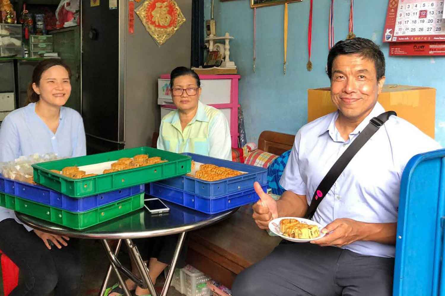 Chadchart Sittipunt, right, in a picture posted on Facebook in August, showing his visit to people in Bangkok's Bang Lamphu area.