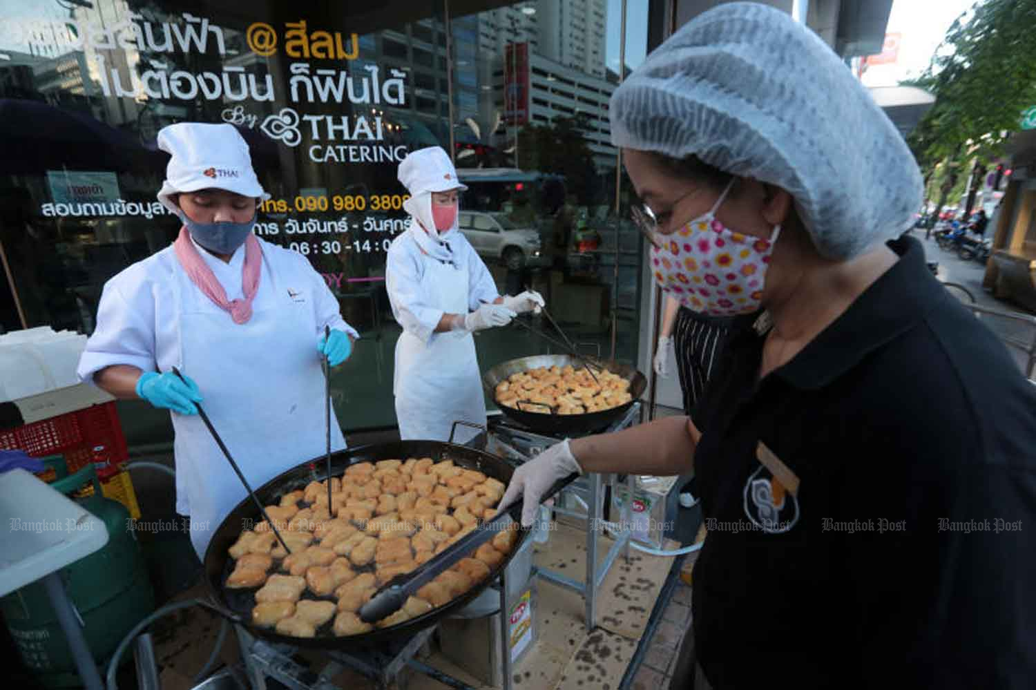 Thai Airways' own deep fried dough, being cooked at its Silom branch outlet on Silom Road, Bangkok, on Friday morning. (Photo: Chanat Katanyu)