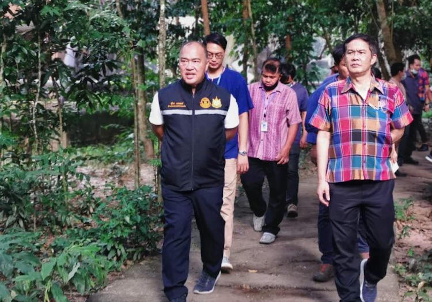 ZPOT director-general Suriya Saengpong (left), seen here on an inspection tour of Ubon Ratchathani zoo earlier in the week, was gunned down in Songkhla on Saturday morning. (Photo from ZPOT Facebook page)