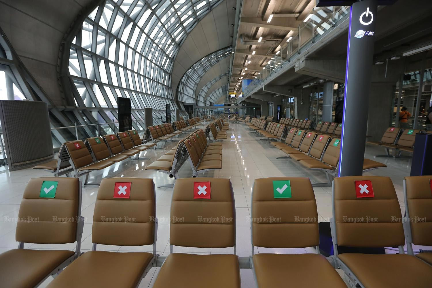 Suvarnabhumi airport's departure terminal is empty as the huge slump in passenger traffic continues. (Photo by Wichan Charoenkiatpakul)