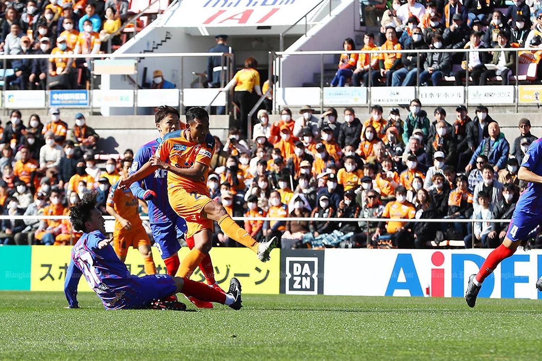 Teerasil Dangda (right) scores a goal for Shimizu S-Pulse during a J-League match this season.