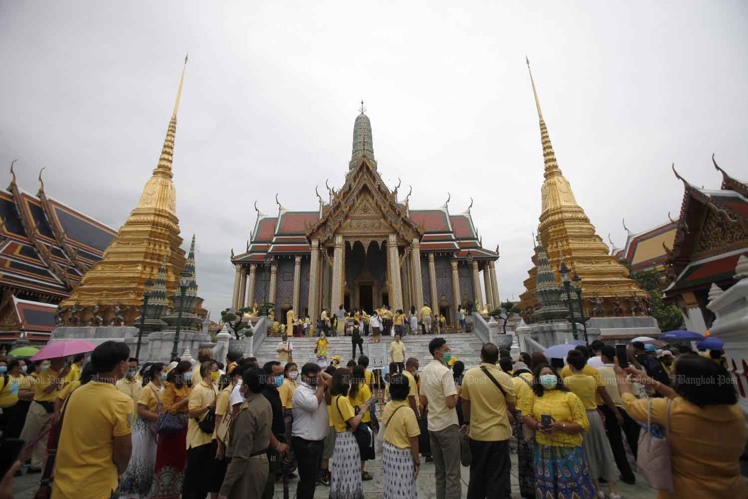 Yellow-clad people line up on Tuesday to pay homage before the statues of the nine late kings at Prasat Phra Thep Bidon (Royal Pantheon) inside Wat Phra Kaeo in Bangkok in commemoration of the passing of His Majesty King Bhumibol Adulyadej The Great. (Photo by Nutthawat Wicheanbut)