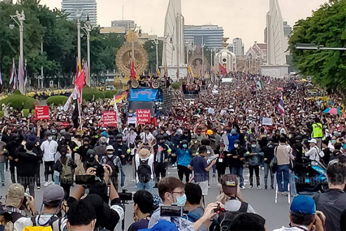 Anti-government protesters march to Government House