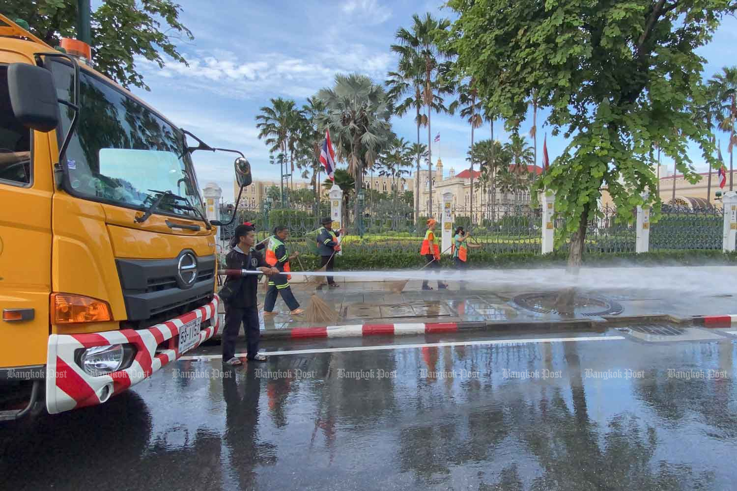 City Hall workers clean Phitsanulok and other roads outside Government House after the anti-government demonstration ended on Thursday. (Photo by Nutthawat Wicheanbut)