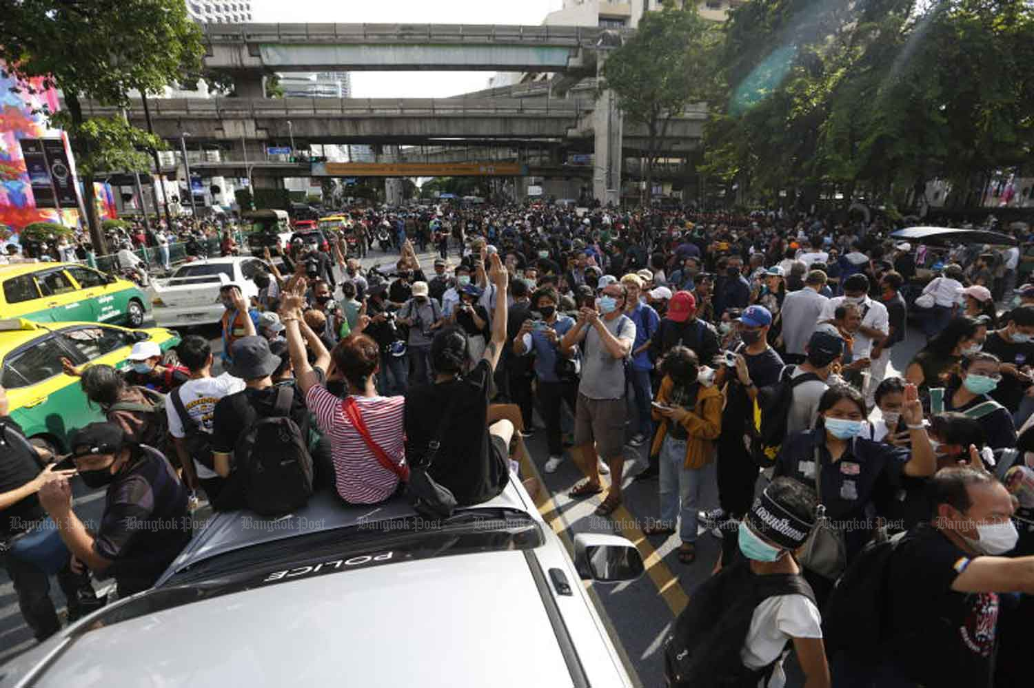 Demonstrators near Ratchaprasong intersection in Bangkok on Thursday evening. (Photo by Arnun Chonmahatrakool)