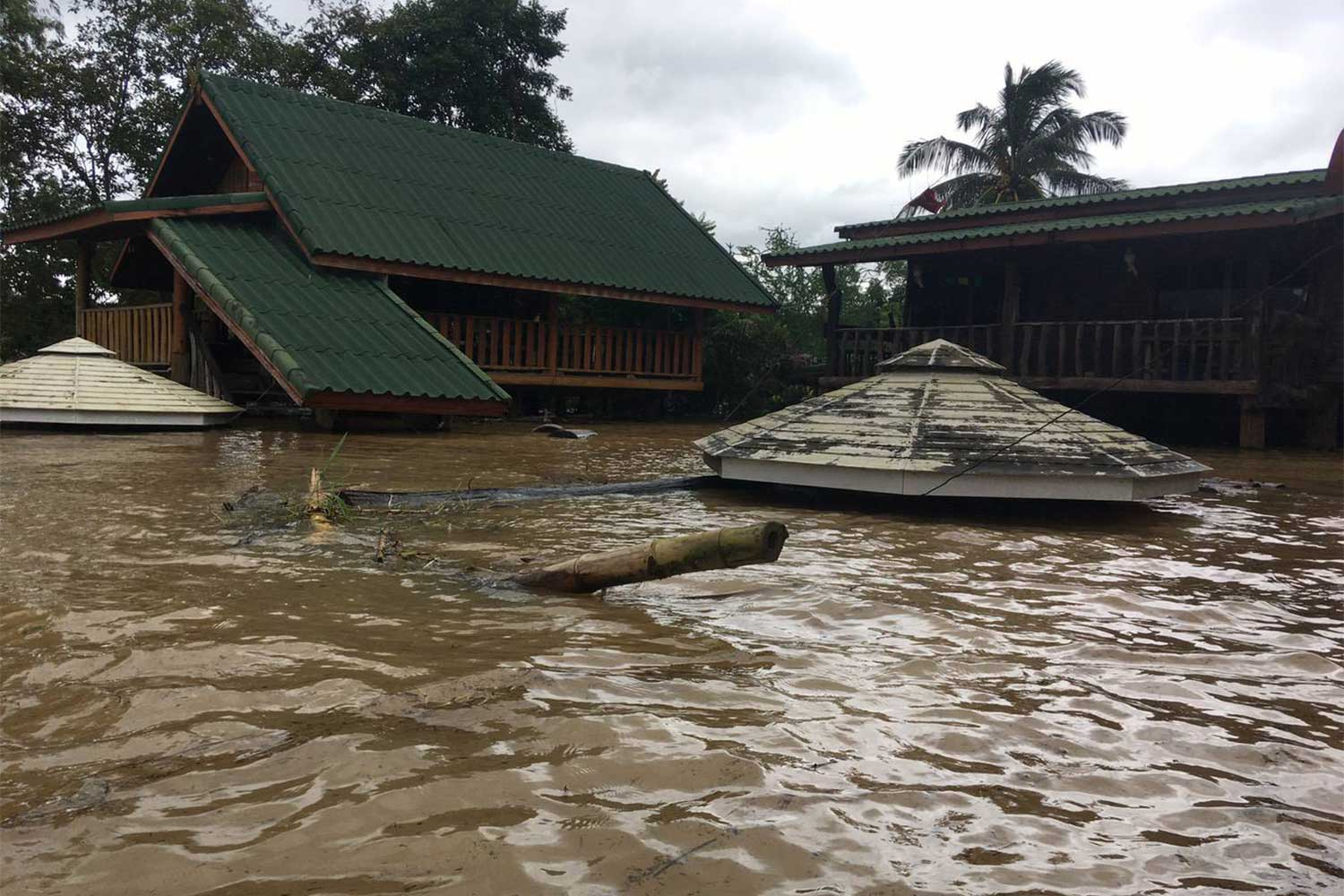 Houses downstream from the Lam Phra Phloeng Dam in Pak Thong Chai district of Nakhon Ratchasima are under water after a dam discharge caused canals to burst their banks. (Photo: Prasit Tangprasert)