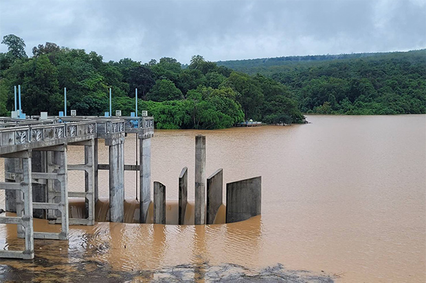 The Lam Phra Phloeng dam in Pak Thong Chai district of Nakhon Ratchasima province discharges more water into canals after heavy rain in the province. (Photo by Prasit Tangprasert)