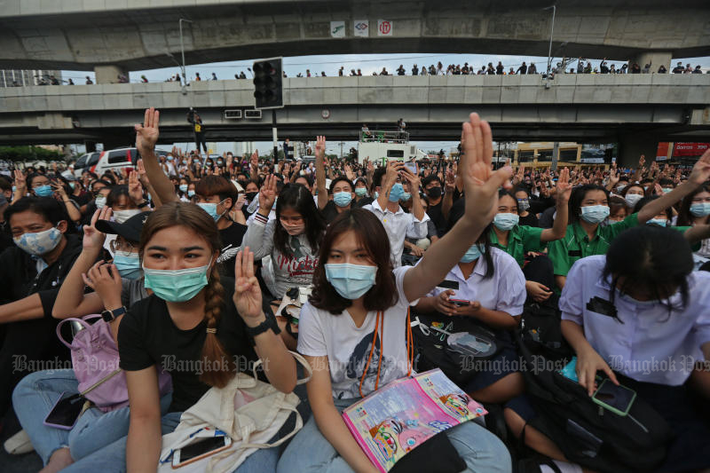 Protesters occupy Kasetsart intersection on Monday in a rally against the government. (Photo by Varuth Hirunyatheb)