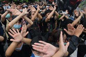 Hand signals only: Protesters learn new language