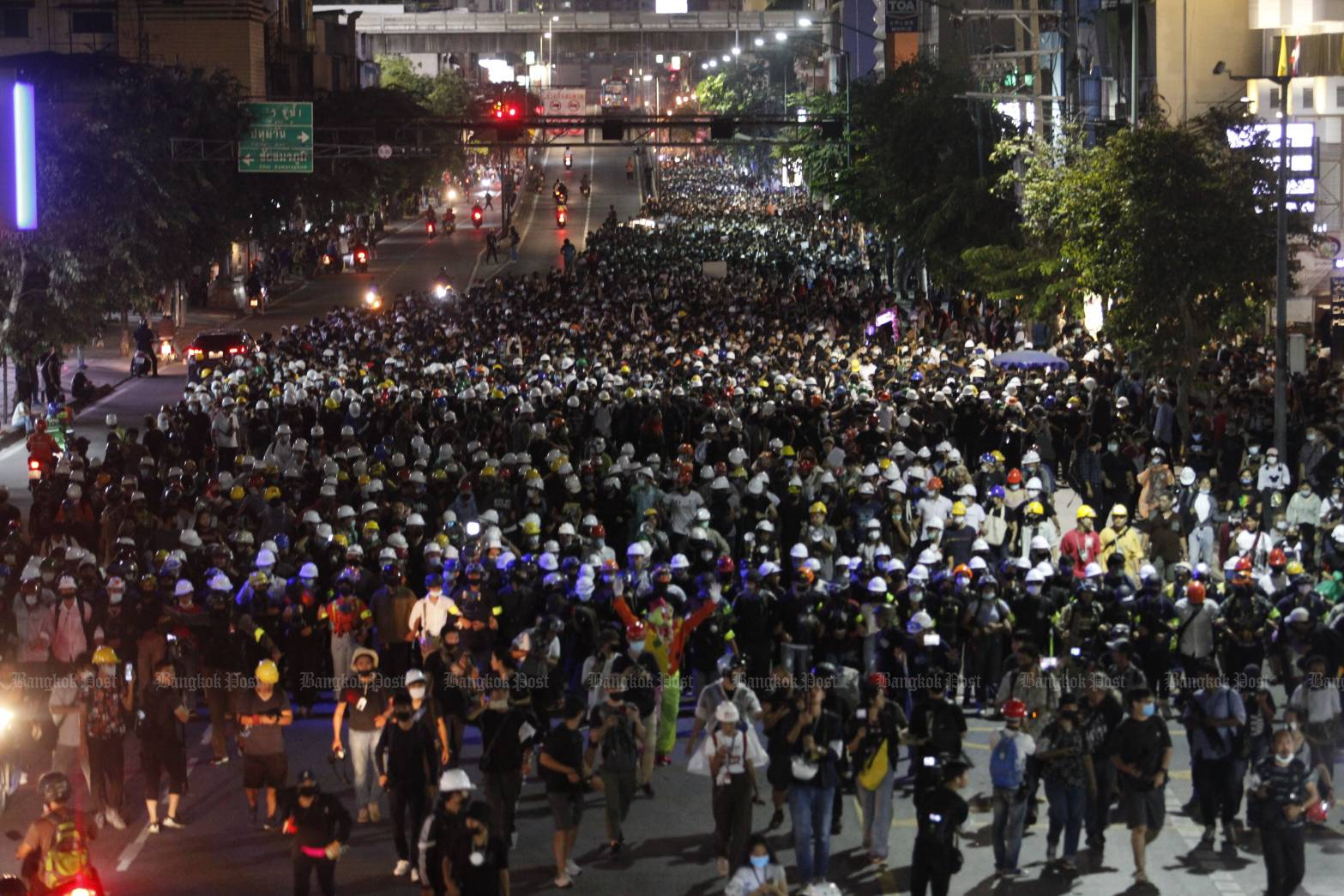 Anti-government protesters march from Victory Monument to Government House on Wednesday. (Bangkok Post photos)
