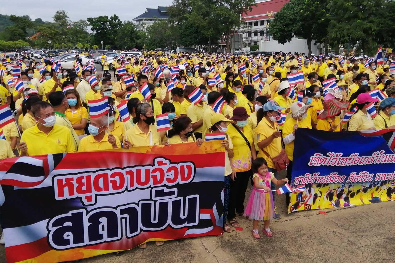 Yellow-clad people gather in Phetchaburi