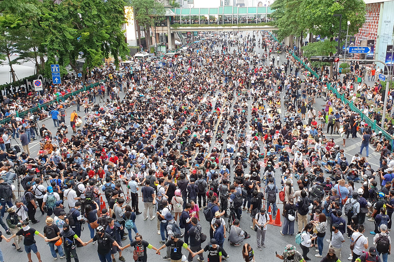 Anti-government protesters start occupying Ratchaprasong intersection for another rally against Prime Minister Prayut Chan-o-cha on Sunday. (Photo by Varuth Hirunyatheb)
