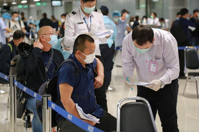 A group of 39 Chinese visitors with special tourist visas go through arrival measures to halt the spread of the Covid-19 coronavirus at Suvarnabhumi airport on Oct 20, 2020. (Airports of Thailand/AFP photo)