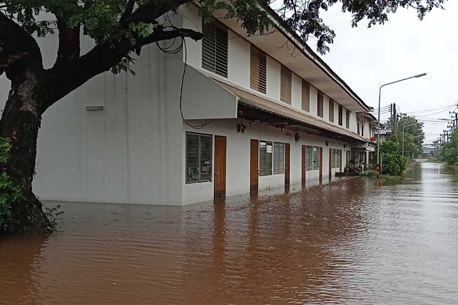 Flooded police living quarters in Phimai district, Nakhon Ratchasima, after the Moon River burst its banks on Thursday, inundating hundreds of homes.(Photo: Prasit Tangprasert)