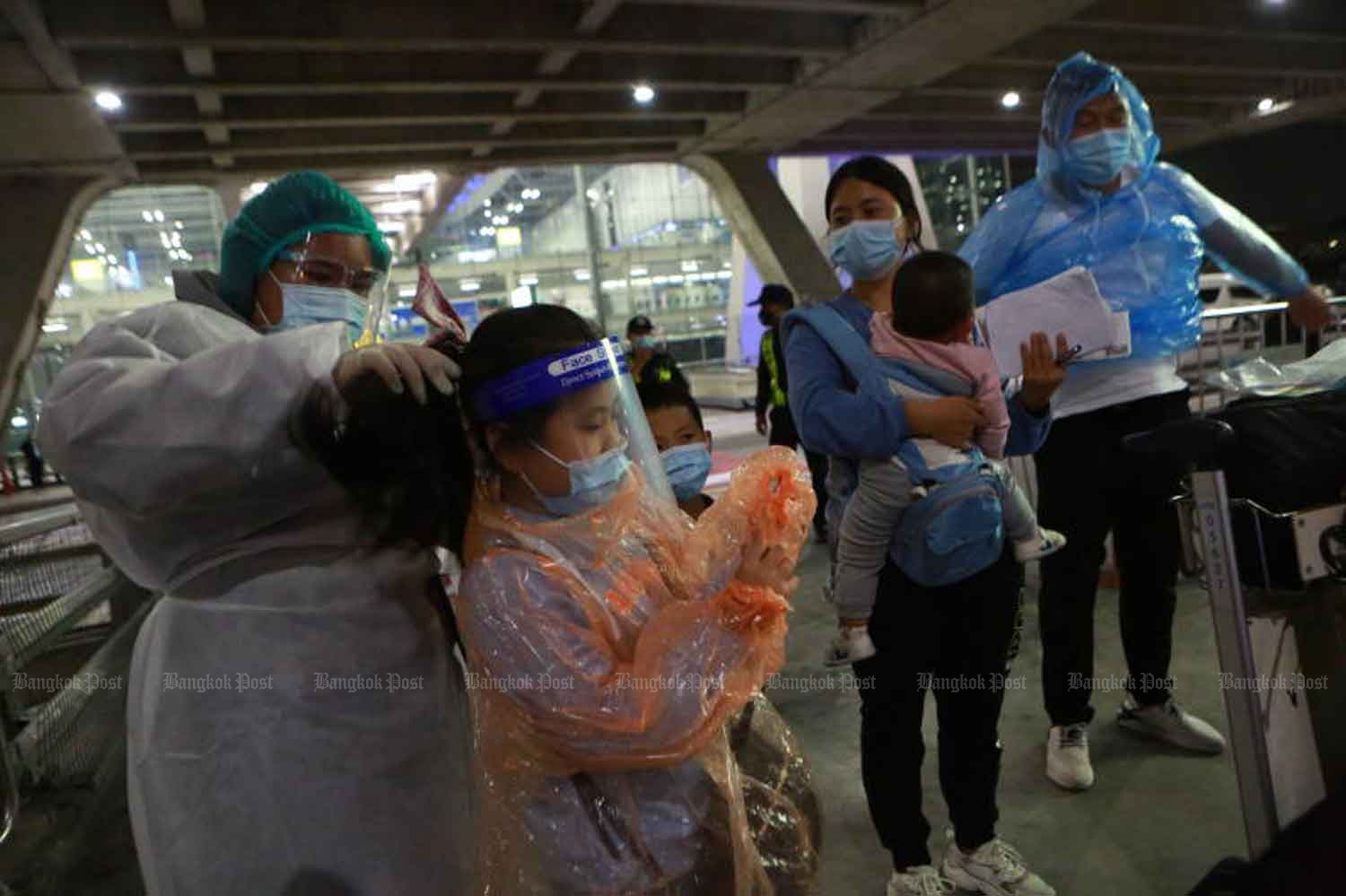 Chinese passengers arrive Suvarnabhumi airport on Oct 20. They are among the first group of Chinese visitors to come to Thailand courtesy of the new Special Tourist Visa (STV). (Photo by Somchai Poomlard)