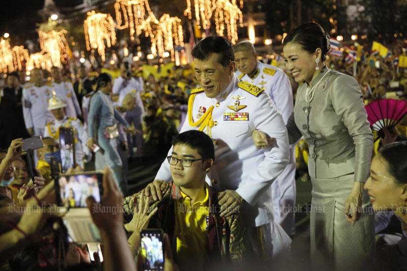 Their Majesties the King and the Queen are greeted by a yellow-shirt crowd outside the Grand Palace who turned out to show their respect and love for the monarchy on Sunday. (Photo by Wichan Charoenkiatpakul)