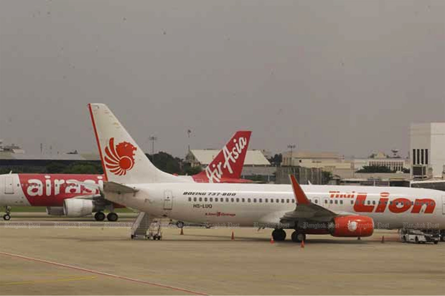 Thai AirAsia and Thai Lion Air jets at Don Mueang airport.(Photo by Apichit Jinakul)