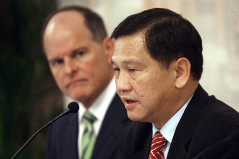 In this file photo taken on March 15, 2006, the then president and CEO of CapitaLand Group Liew Mun Leong (right) speaks after signing an agreement with US gaming giant MGM Mirage in Singapore. Liew, the chairman of Singapore's airport operator, stepped aside late on Sept 10, 2020 after he faced a public backlash when a judge cleared an Indonesian maid accused of stealing from his family and criticised the case. (AFP)