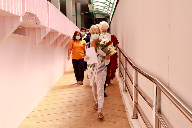 The French woman leaves Koh Samui Hospital on Thursday after recovering from coronavirus infection. (Photo by Supapong Chaolan)
