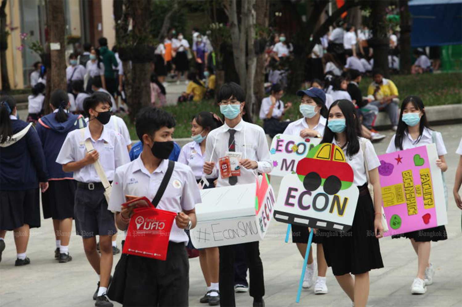 Students wear masks during the SWU Open House 2020 on Saturday at Srinakharinwirot Univesity's Prasanmit campus in Bangkok. The university organises the event to promote its faculties for high school students to choose from. (Photo by Apichit Jinakul)