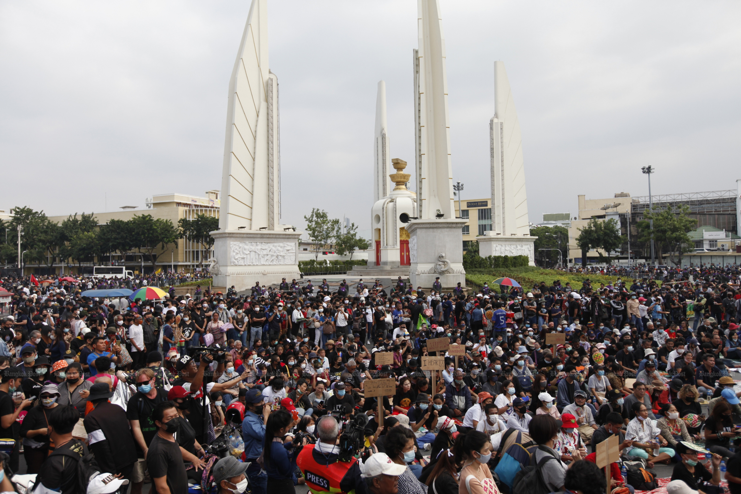 Anti-government protesters gather at the Democracy Monument on Sunday. (Photo by Wichan Charoenkiatpakul)