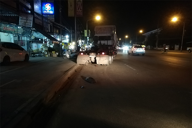 The 10-wheel truck, pulled over after it hit a motorcycle carrying three people on Sunday night in Chok Chai district of Nakhon Ratchasima. The motorcycle driver and a 15-month-old child were killed and an 11-year-old boy injured. (Photo: Prasit Tangprasert)