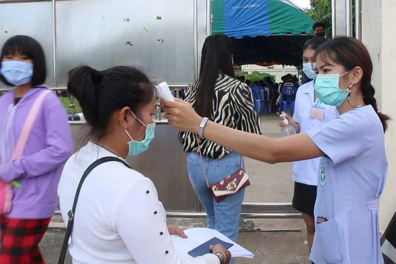 Health screening at the Lao consulate in Khon Kaen on Sept 24. (File photo: Chakkrapan Natanri)