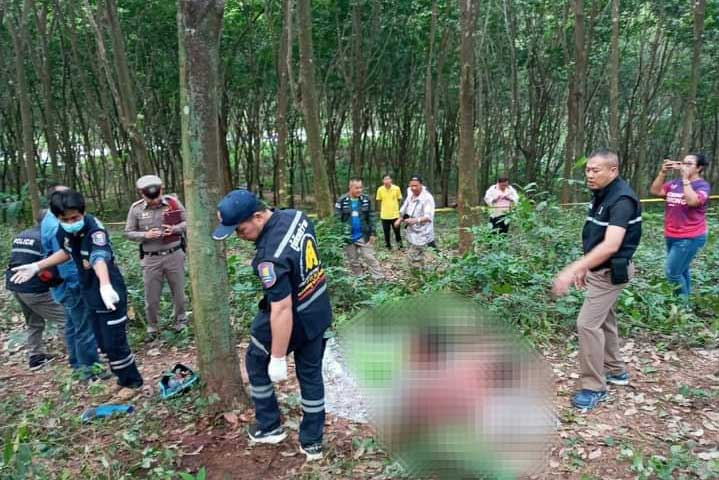 Rescue workers retrieve the body of the woman latex tapper killed by a wild elephant at a rubber plantation in Bo Thong district, Chon Buri, on Thursday morning.(Photo: Sawang rescue team 363 via @radiochon Facebook).