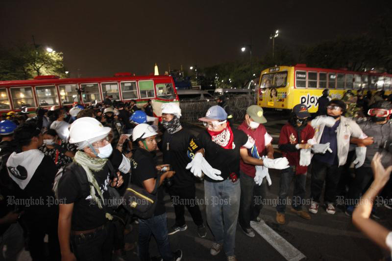 BMTA buses block the approach to the Grand Palace on Sunday, during the protest rally at Sanam Luang. (Photo: Wichan Charoenkiatpakul)