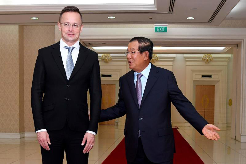 Cambodian Prime Minister Hun Sen welcomes Hungarian Foreign and Trade Minister Peter Szijjarto during a meeting at the Peace Palace in Phnom Penh on Nov 3, 2020. (AFP photo)