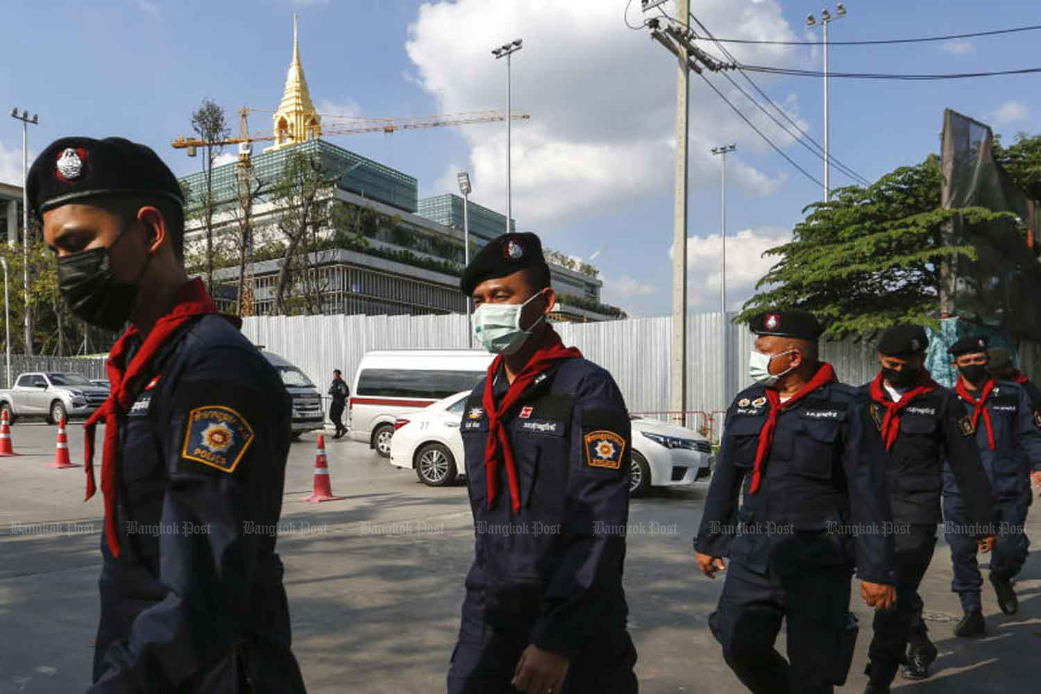 Police officers from Provincial Police Region 8 tighten security around parliament in Bangkok's Kiakkai area ahead of the two-day debate on charter amendment drafts that kicks off on Tuesday. Three groups of protesters plan to rally outside the compound. (Photo by Arnun Chonmahatrakool)