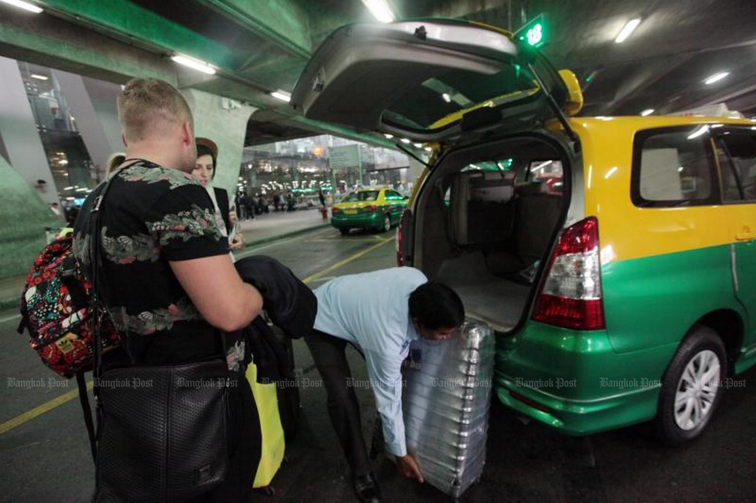 The cost of travelling to and from Suvarnabhumi and Don Mueang airports has gone up again, with taxis now levying new charges on luggage. (File photo Bangkok Post)
