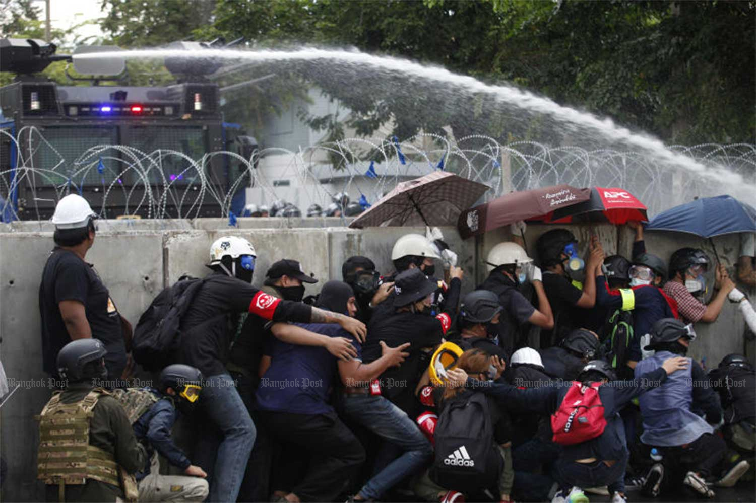 Police fire water cannon to disperse pro-democracy demonstrators trying to break through barricades set up outside parliament on Tuesday. (Photo:Wichan Charoenkiatpakul