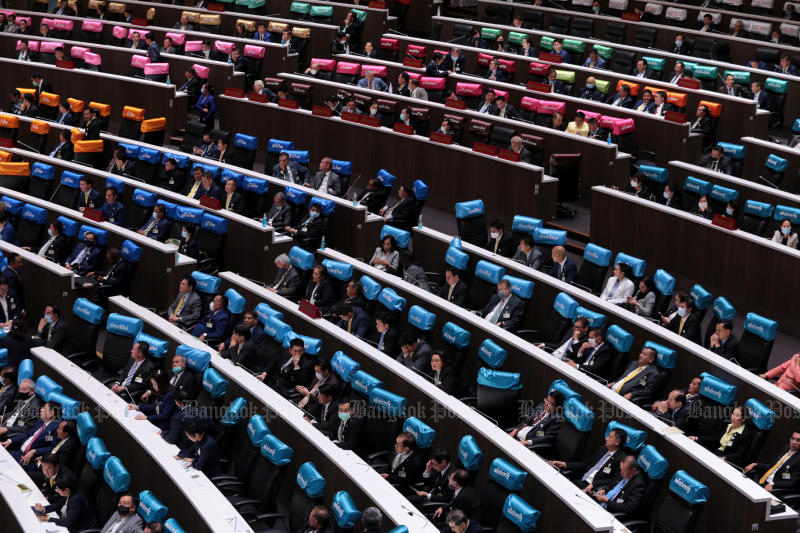 MPs and senators vote in Parliament on Wednesday for seven charter amendment draft. (Photo by Chanat Katanyu)