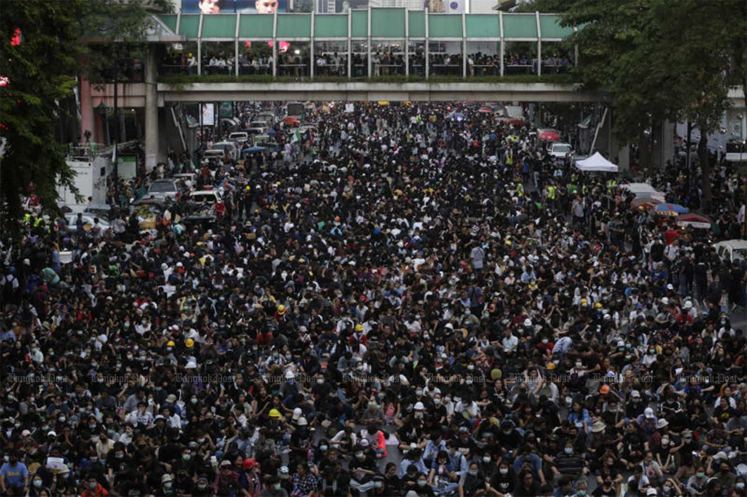 Anti-government protesters pack Rama 1 Road and Ratchaprasong intersection during their huge rally near police headquarters on Wednesday night. (Photo: Pornprom Satrabhaya)