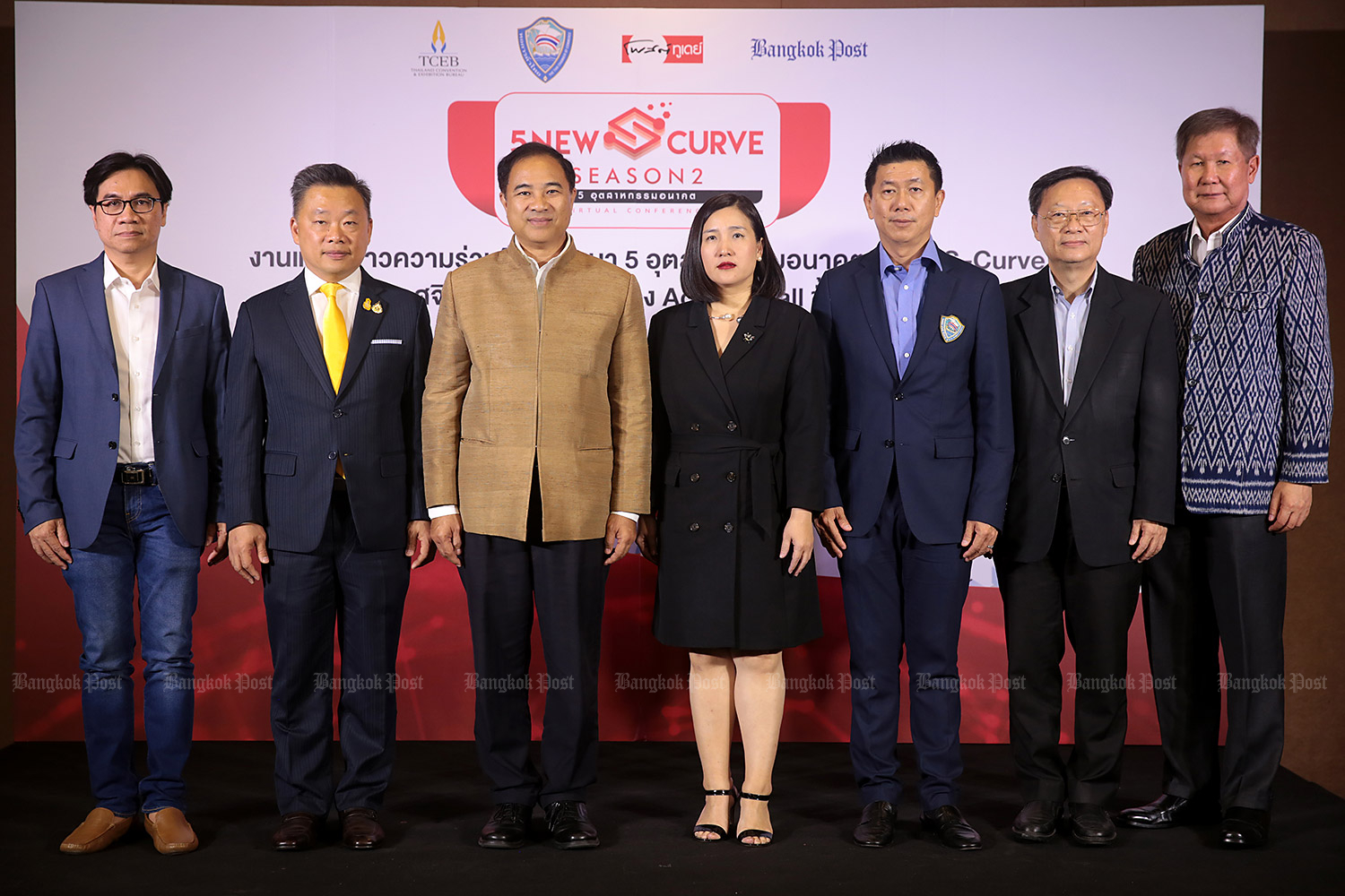 From leftWut Nontarit, Post Today editor; Salanroj Sutaschuto, director of the Central and Eastern Regional Office of the Thailand Convention & Exhibition Bureau (TCEB); Kalin Sarasin, chairman of Thai Chamber of Commerce (TCC); and Sirima Limviriyalers, Senior Executive Vice President of Bangkok Post Plc join other executives from the TCC in a group photo at a press conference held on Thursday to announce the organisation of the 'New S-curve Season 2 Virtual Conference'. (Photo by Chanat Katanyu)